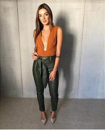Calça skinny em couro eco com faixa na cintura - Verde militar