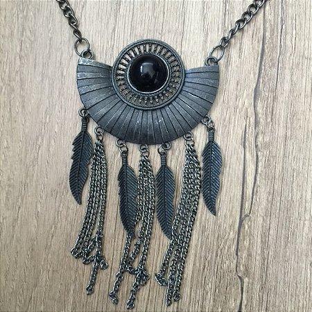 Colar com pedra negra e detalhes em penas e correntes