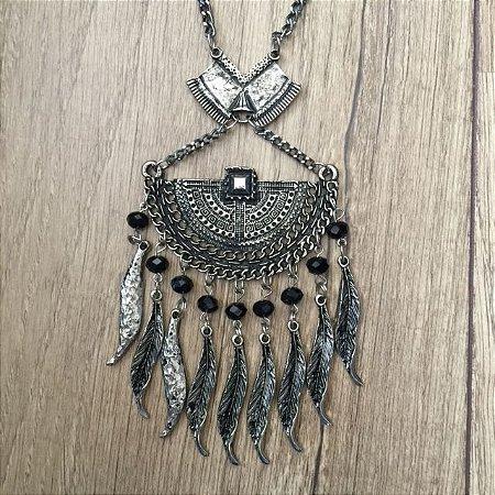 Colar prata envelhecido com pedras negras e penas