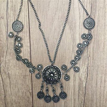 Colar prata envelhecido com medalhas