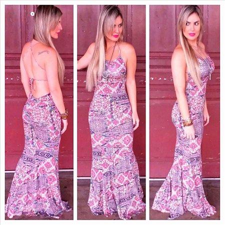 Vestido estampado com tonalidade rosa e lilás e abertura nas costas
