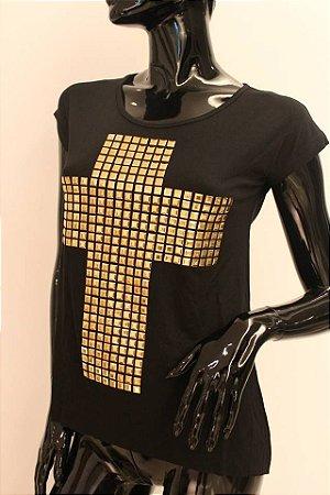 Tshirt cruz com tachinhas douradas
