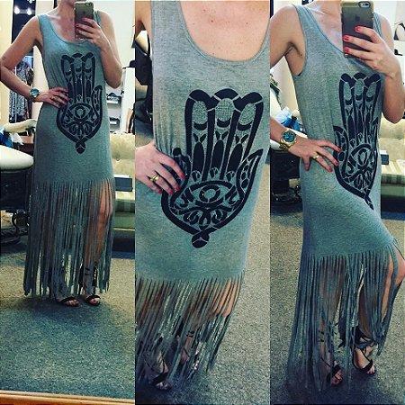 Vestido cinza com estampa da mão de Fátima cravejada em pedrinhas transparentes e franjas