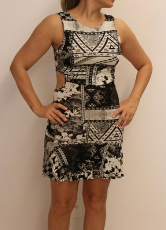 Vestido curto com estampa black and white e recorte nas costas