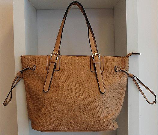 Bolsa em couro eco caramelo com textura semelhante a trissê com duas alças