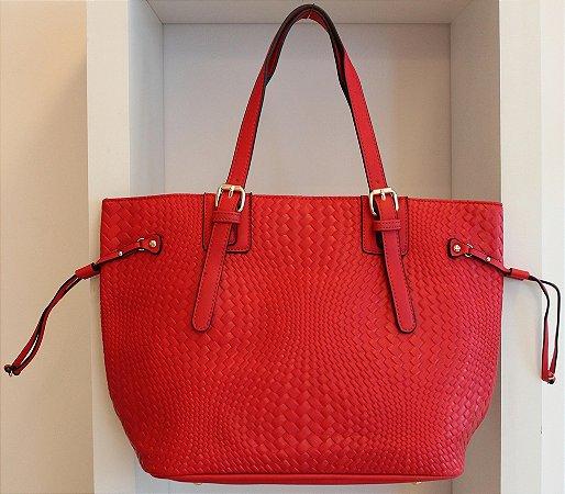 Bolsa em couro eco vermelho com textura semelhante a trissê com duas alças
