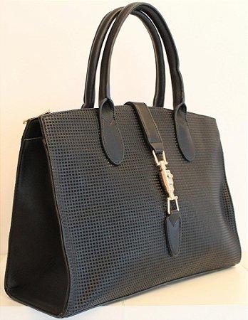 Bolsa em couro eco com relevo preto e fecho em metal dourado