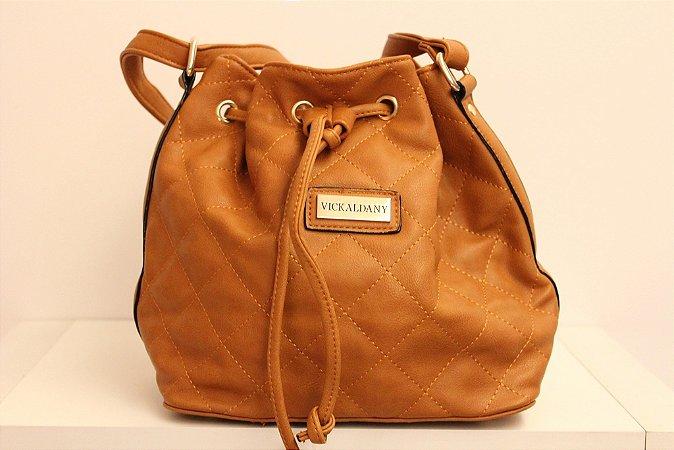 Baby bag saquinho em couro eco toda costurada na cor caramelo