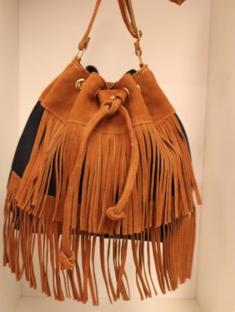 Bolsa saquinho jeans com franjas de couro caramelo