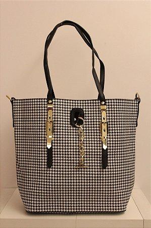 Bolsa em couro eco com estampa pied de poule com detalhes em metais dourado e segunda alça removível