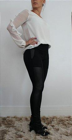 Calça montaria preta com aplicação de detalhes em tonalidade acetinada