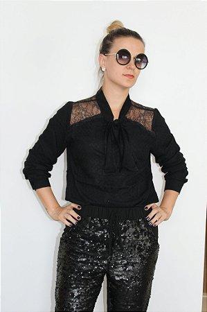 Camisa manga longa preta com laço frontal e transparência nas laterais