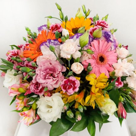 Arranjo de Flores Mistas no Cachepôs de Madeira