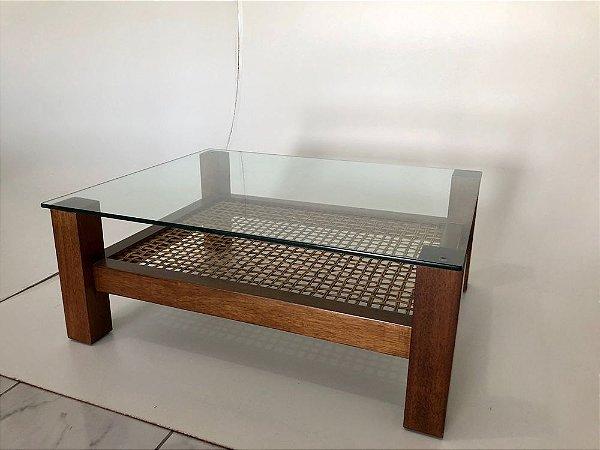 Mesa de centro Gaya madeira Jequitibá castanho e rebaixo em Junco natural