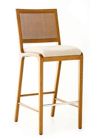 Banqueta Lucia alta madeira Jequitibá envelhecida e apoio de pés em alumínio polido com encosto em palha fina e assento estofado