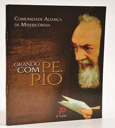 Livro  Orando com Padre Pio