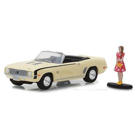 Chevrolet Camaro SS Conversível 1969 e Garota The Hobby Shop Series 4 1/64 Greenlight