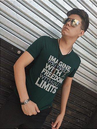 Camiseta gola V com estampa brilho