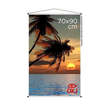 Banner 70x90 cm em lona brilho 440g com acabamento: hastes de madeira, ponteiras plástica e estirante