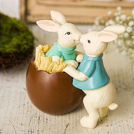 Casal de Coelhos Namoradinhos no Ovo de Chocolate