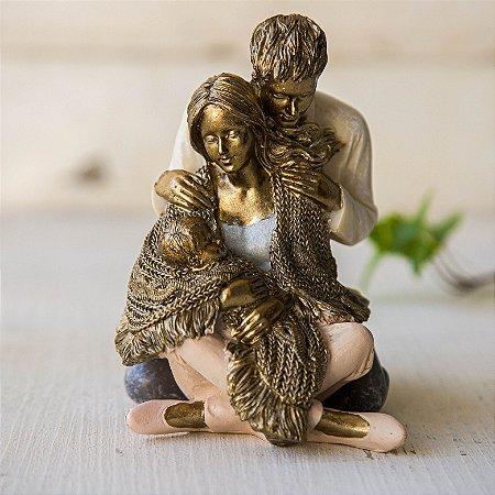 Casal Abraçado com Bebê