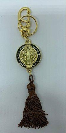 Chaveiro dourado São Bento mosquetão e pompom (7132)