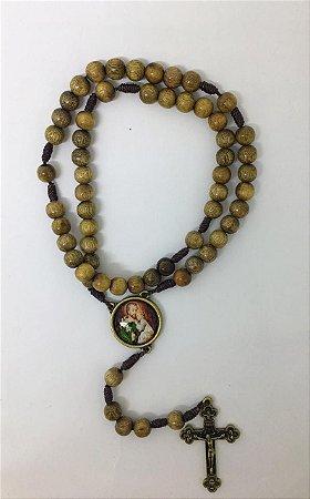 Terço madeira imbuia cordão 8mm entre meio medalha resinado Ano de São José com folheto (8241)