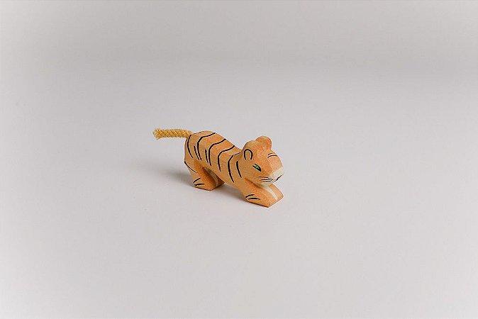 Tigre filhote se esticando