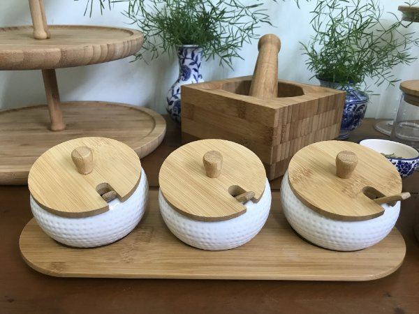 Porta Temperos com 03 Potes em Porcelana c/ Tampa e Colher em Bambu