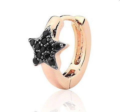 Argola folheada a ouro rosê claro com estrela cravejada em zircônias