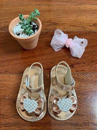 Sandália Dourada Metalizada com Laço e Pérolas