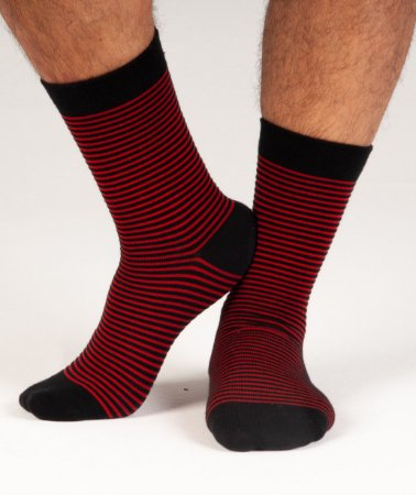 Meia listrada de vermelho intenso com preto