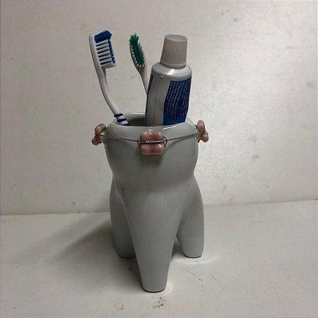 Porta escovas em forma de dente com aparelho dentário - Rosa