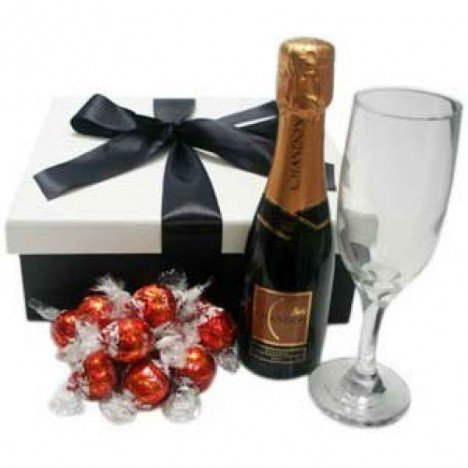 Cesta Chique Chocolates com Mini Chandon, Taça e Mini Trufas Lindt