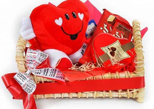 Cesta Com Coração de Pelúcia, Chocolates Diversos e Trufas Sortidas - Catelândia