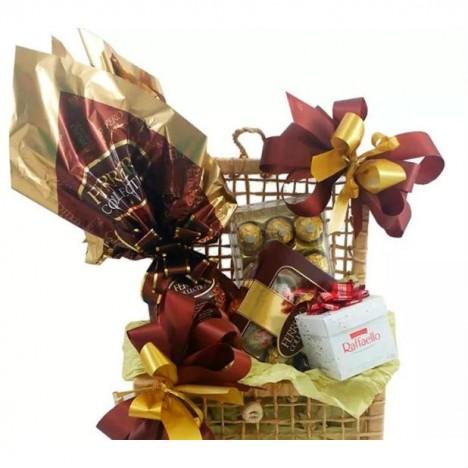 Cesta De Chocolate Com Ovo de Páscoa Ferrero Rocher e Bombons Raffaello