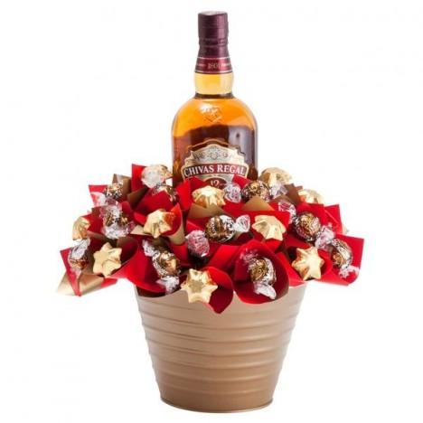 Cesta de Chocolate Presente Fino para Homem com Mini Trufas Lindt e Whisky Chivas