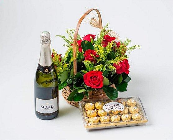 Cesta de Chocolate Romântica com Rosas Artificiais, Ferrero Rocher e Espumante