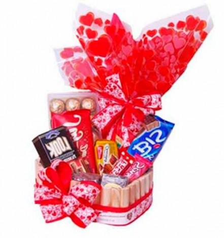Cesta de Páscoa com Ovo Nestlé e Diversos Tipos de Chocolates