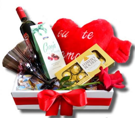 Cesta para Namorados com Coração de Pelúcia, Vinho, Taças e Chocolates