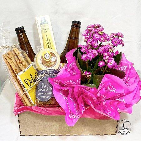 Cesta gourmet com cerveja artesanal e flores