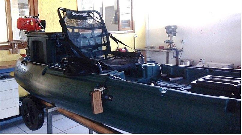 Caiaque Individual - com motor à jato instalado na popa e controle de direção e velocidade ao lado do banco. Acompanha  Cooler na cor do caiaque e carrinho  de transporte.  Produto de vitrine sendo vendido a preço de usado.