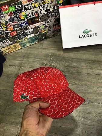 Boné Lacoste Comeia Sport Vermelho - Are Baba Marcas - Loja de ... fc2c46e934