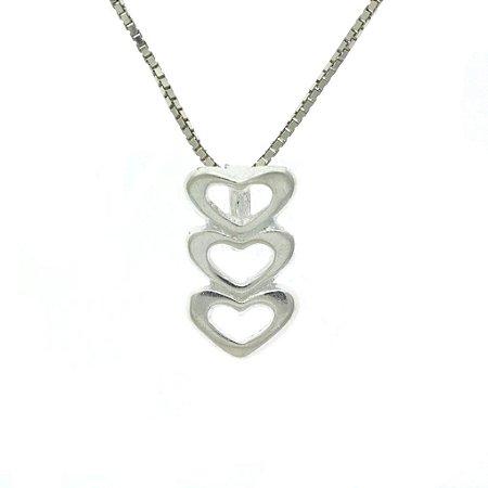 Colar com Pingente de 3 Coração Interlaçados de Prata com Detalhe Vazado Blivejoias