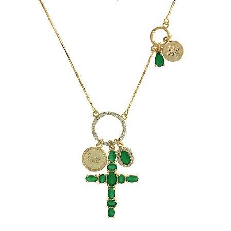 Colar de Cruz Cravejado de Zircônias Verdes e Brancas com Detalhe de Escritas Folheado a Ouro 18K Blivejoias
