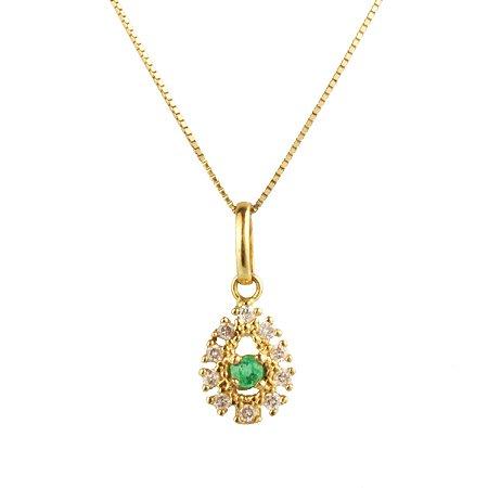 Pingente em ouro amarelo 18k liso formato goto pequeno com pedra natural sendo uma pedra de esmeralda e 10 brilhantes PC 5.85