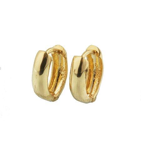 Brinco em ouro amarelo 18k argola pequena lisa oval fio meia cana c/ 3mm de largura fecho trava sem pedra PC 2.93