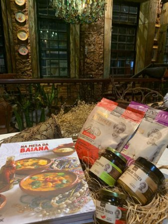 KIT DIVERTIDO DE TEREZA: livro na Mesa da Baiana, 1 farofa sertaneja, 1 farofa baianinha, 1 melado de cana picante e aromatizado com especiarias, 1 cocada de forno de Tereza e 1 pimenta série especial da Chef