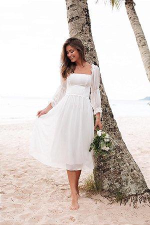 Vestido midi em crepe de seda e detalhes na manga, para noivas em casamento civil e intimista