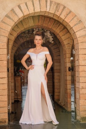 Vestido de noiva longo, em zibeline, com fenda lateral, decote em tule e manga ombro a ombro